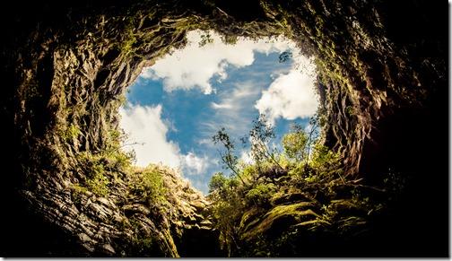 """""""Vista do interior da caverna"""". Furna do Buraco do Padre, Ponta Grossa, Paraná, Brasil."""