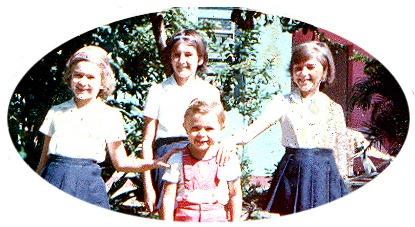 Quatro irmãos; ao centro, o menino Jurandir Junior