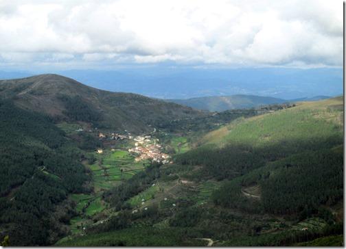 Aldeia de Covelo do Monte, no antigo trajeto entre a freguesia de Aboadela e a de Campanhó