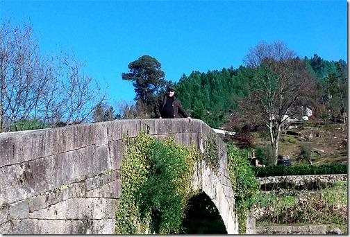 Gilson Santos na ponte medieval sobre o Rio Cabril em Vilar de Viando, Mondim de Basto.